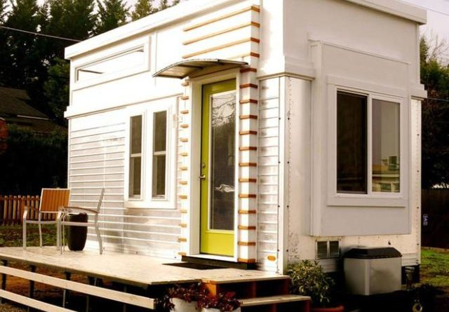 Man rebuilds salvaged trailer into 200 sq ft tiny home for 400 sq ft house